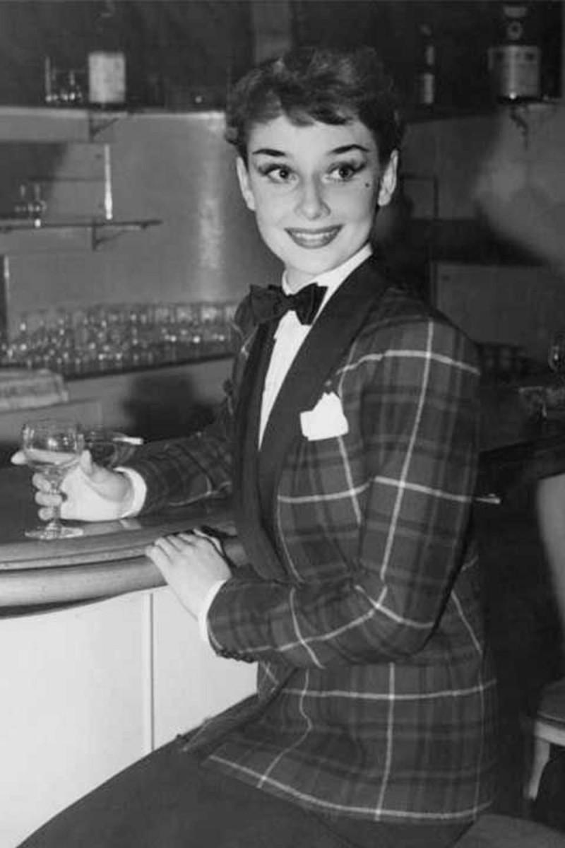 Audrey Hepburn με καρό σακάκι