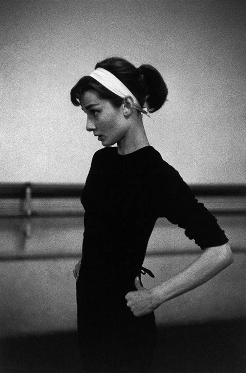 Audrey Hepburn με κορδέλα στα μαλλιά