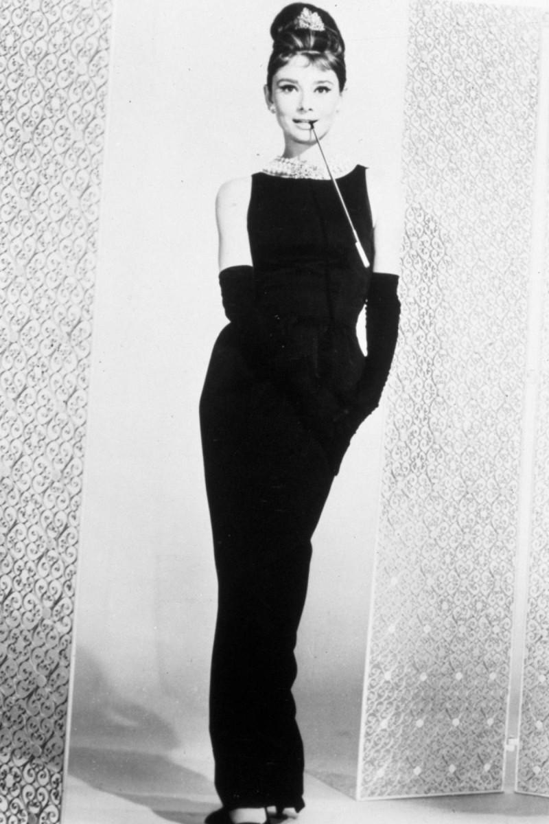 Audrey Hepburn με μαύρο φόρεμα