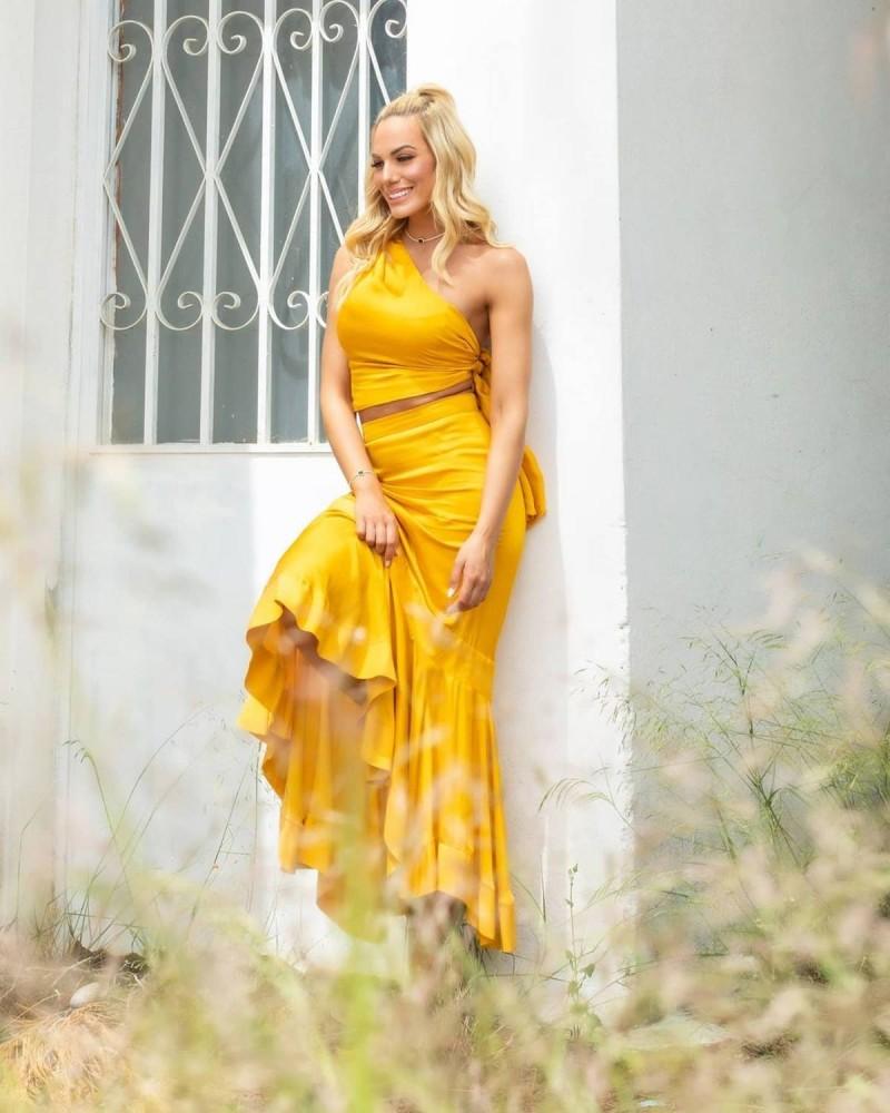 Ιωάννα Μαλέσκου με κίτρινο σετ