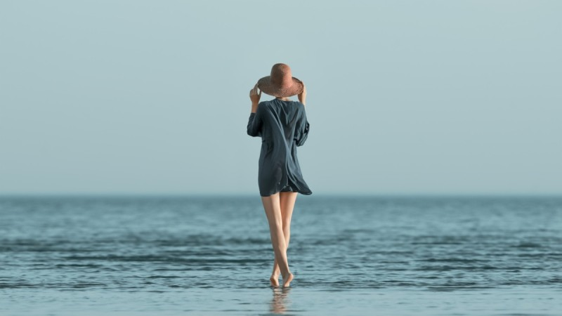 Κορίτσι μπροστά στη θάλασσα