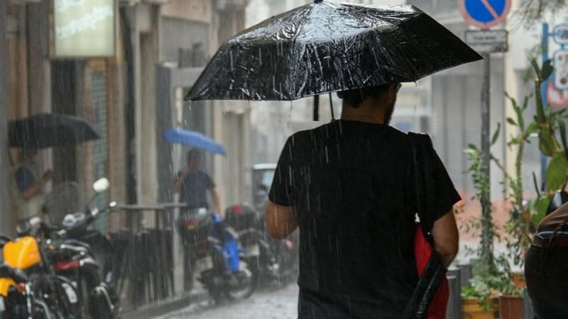 Καιρός τώρα: Μαύρισε ο ουρανός στην Αττική - Καταρρακτώδης βροχή και αστραπές