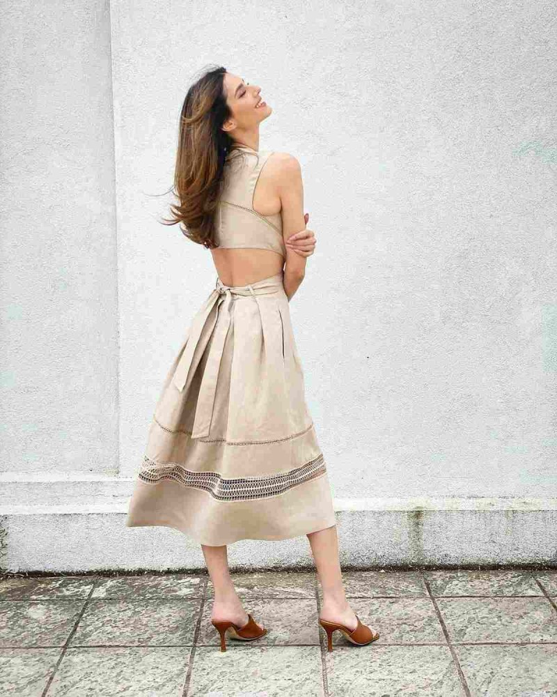 Ηλιάνα με μπεζ φόρεμα