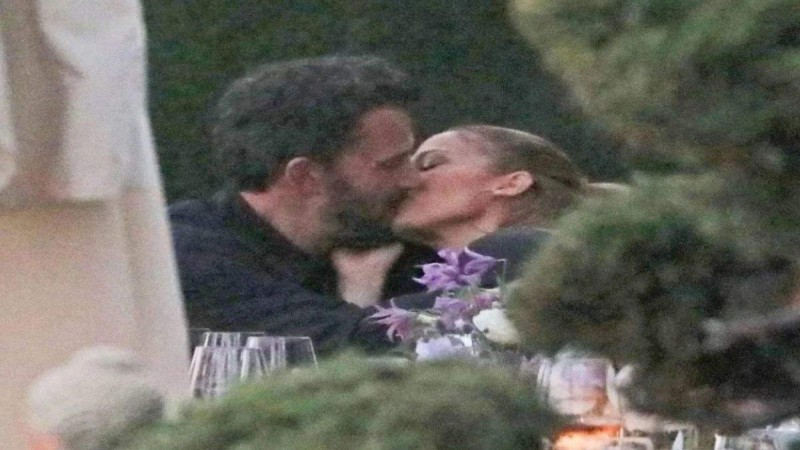 Οι φήμες επανασύνδεσης του Ben Affleck και της Jennifer Lopez φουντώνουν ύστερα από το πρώτο δημόσιο φιλί