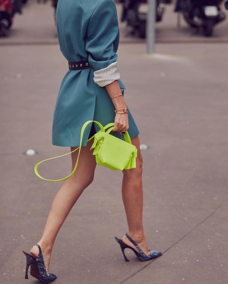 neon τσάντα street style