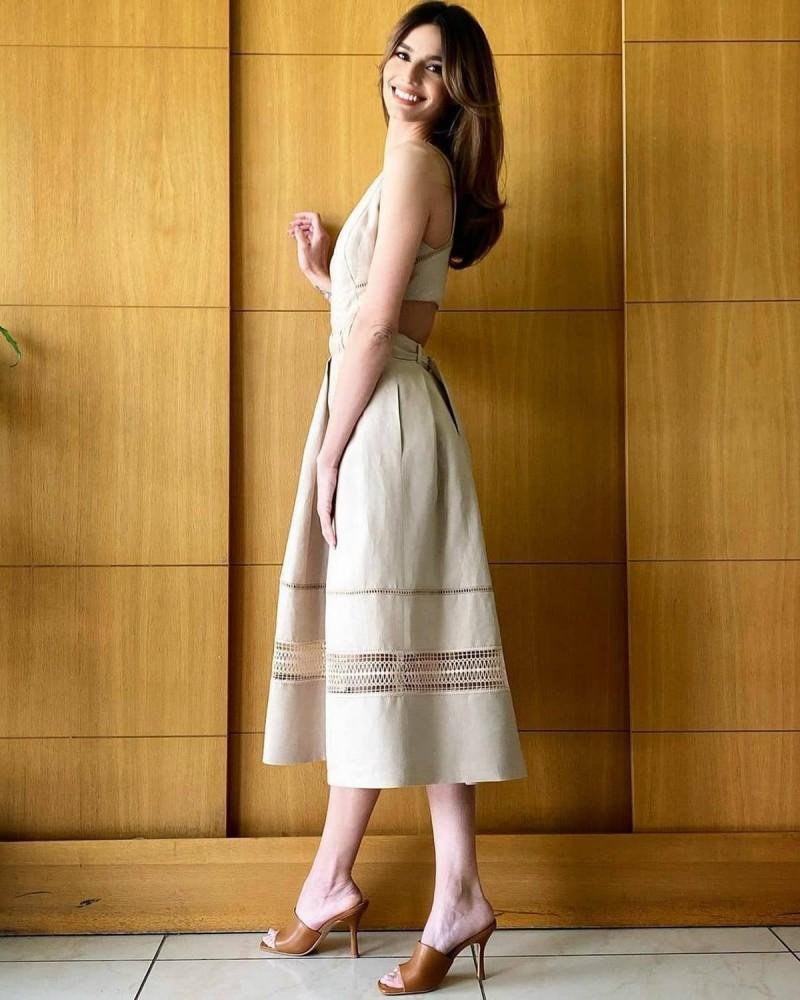 Ηλιάνα Παπαγεωργίου με μπεζ φόρεμα