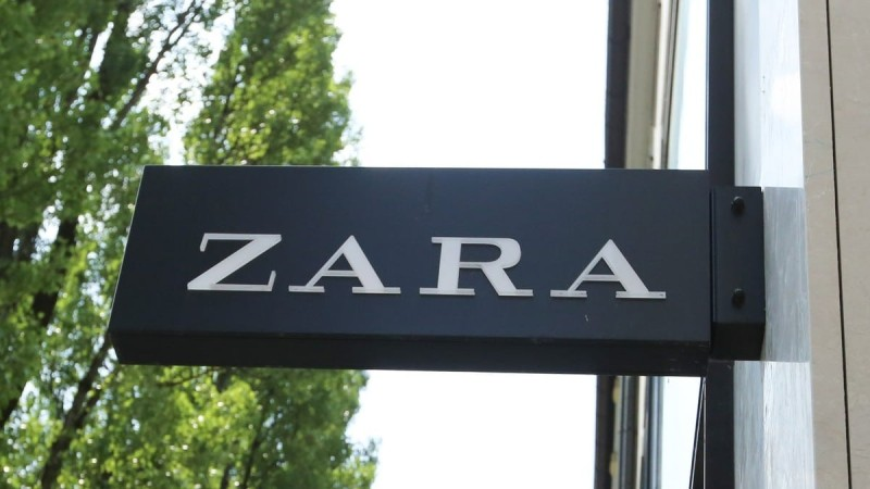 Γυναικείο πανδαιμόνιο για το κατακόκκινο μίνι φόρεμα των Zara