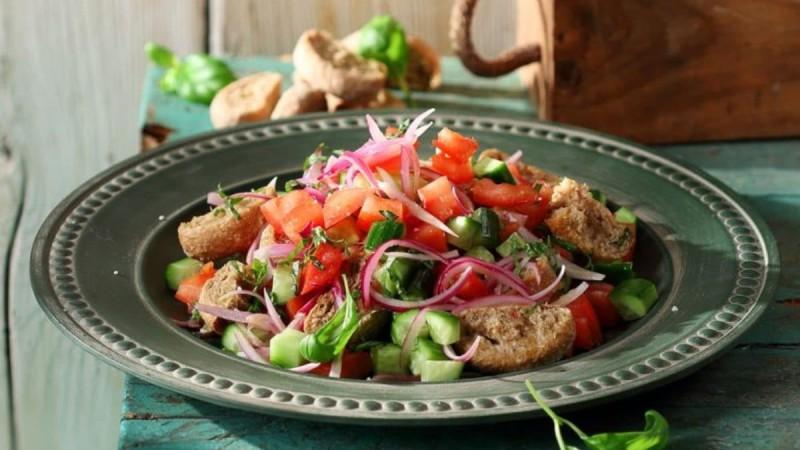 Καλοκαιρινή δροσερή σαλάτα από την Αργυρώ Μπαρμπαρίγου - Έτοιμη σε μόλις 10 λεπτά