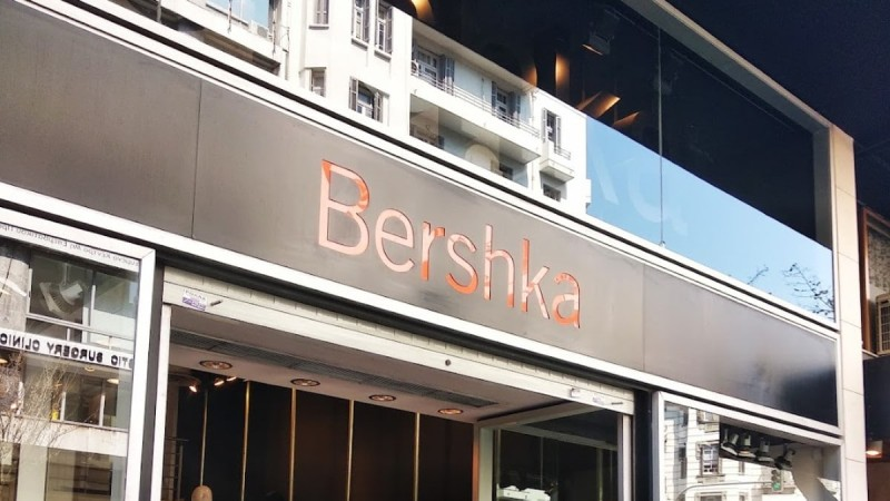Ασύλληπτες εκπτώσεις στα Bershka! -65% αυτά τα εντυπωσιακά λιλά πέδιλα