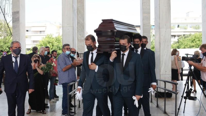 Έφτασε η σορός του Τόλη Βοσκόπουλου στο Α'  Νεκροταφείο Αθηνών