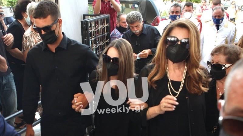 Κηδεία Βοσκόπουλου: Συντετριμμένες η Άντζελα Γκερέκου και η Μαρία Βοσκοπούλου