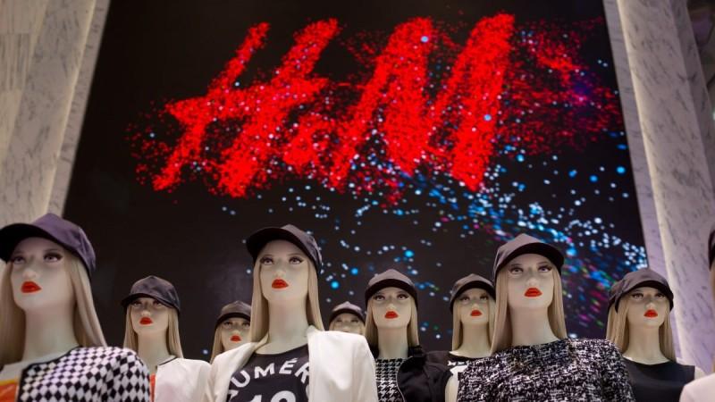 Κάνει «θραύση» στα H&M το φόρεμα με ανοιχτή πλάτη - Ιδανικό για γάμους