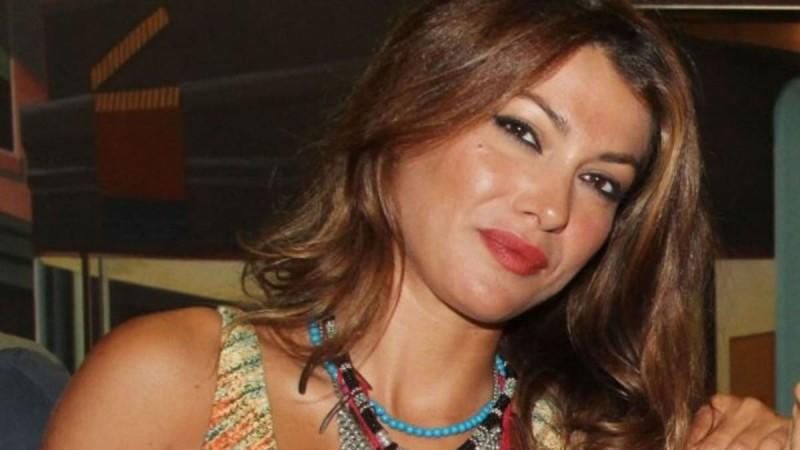 Κλέλια Ρένεση: Ποζάρει ολόγυμνη αγκαλιά με την κόρη της - Το ηχηρό μήνυμα για την γυναικεία κακοποίηση
