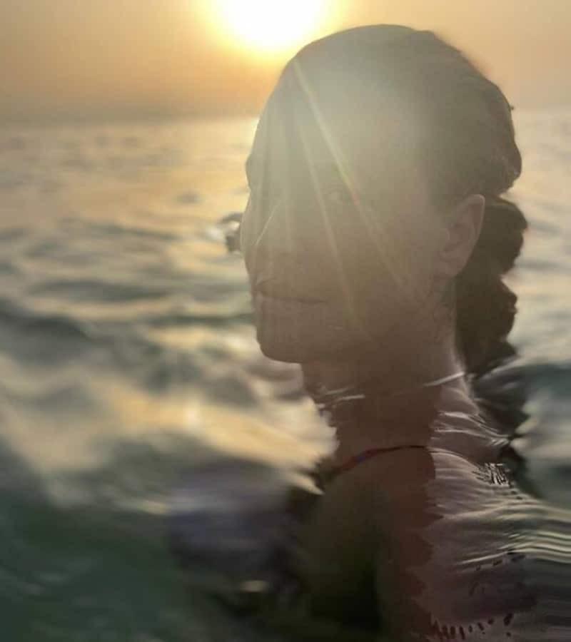 Αμακιγιάριστη και αρετουσάριστη στην παραλία η Σίσσυ Χρηστίδου