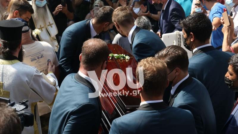 Κηδεία Βοσκόπουλου: Τον συνόδευσαν στην τελευταία του κατοικία με το τραγούδι «Ανεπανάληπτος»
