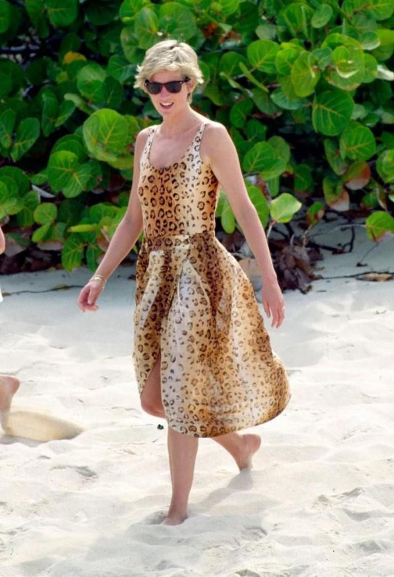 Νταϊάνα με λεοπάρ φόρεμα