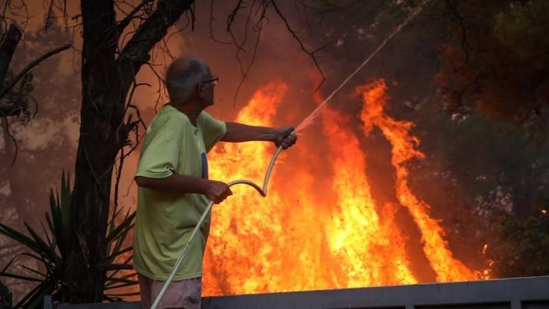 Φωτιά στη Βαρυμπόμοπη: Η εφιαλτική μάχη συνεχίζεται - Σηκώθηκαν τα εναέρια μέσα