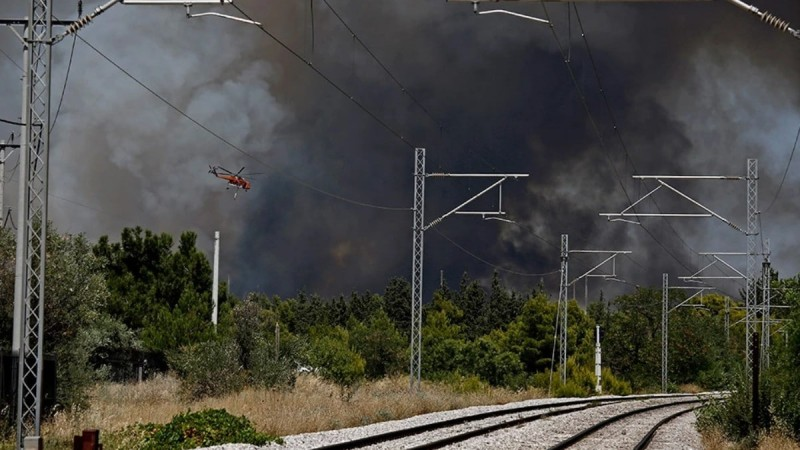 Φωτιά στη Βαρυμπόμπη: Εκκενώνεται ο οικισμός Αδάμες