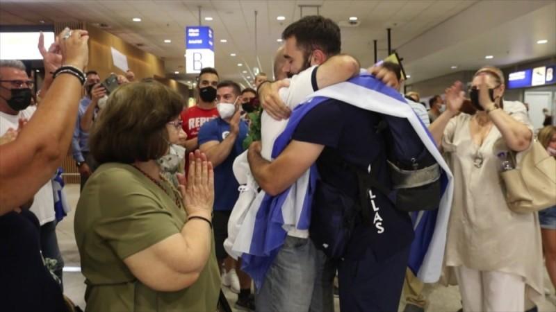 Θοδωρής Ιακωβίδης: Χαμός με το πλήθος κόσμου κατά την άφιξη του - Δείτε καρέ καρέ τις τρυφερές αγκαλιές