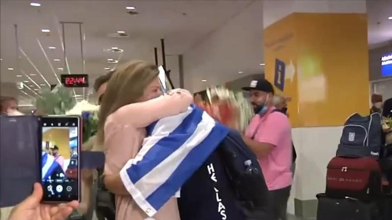 Στέφανος Ντούσκος: Καρέ - καρέ η συγκινητική στιγμή που αγκαλιάζει την μητέρα του