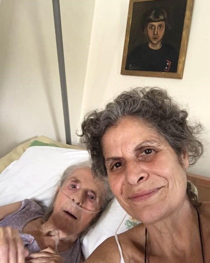 Μαργαρίτα Θεοδωράκη η φωτογραφία με την μητέρα της λίγες μέρες μετά την απώλεια του Μίκη Θεοδωράκη