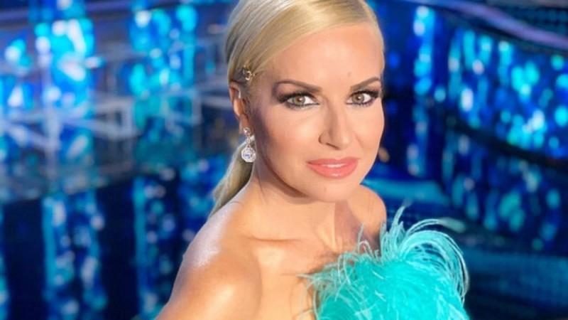 Με φόρεμα γεμάτο κρύσταλλα - Έλαμψε στη βραδιά βραβείων της Κύπρου η Μαρία Μπεκατώρου